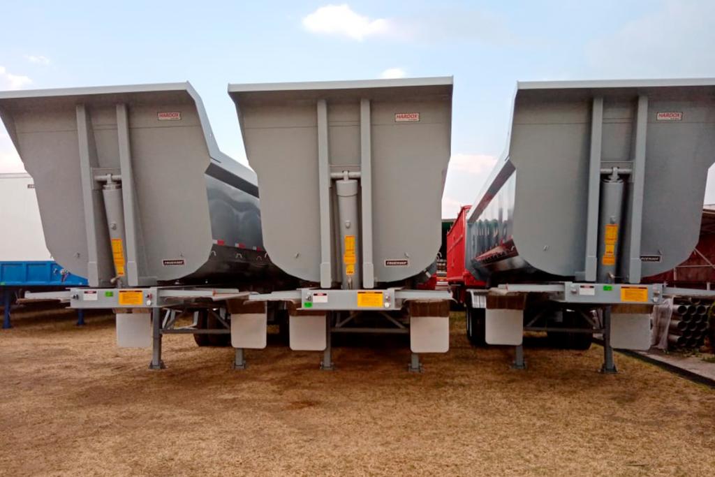 La misión de Fruehauf es diseñar y fabricar equipos para el transporte de acuerdo con los requerimientos específicos de cada uno de nuestros clientes y en esta ocasión Fletes Hesa, solicitó la producción de sus cajas tolvas con acero Hardox 450 de SSAB ya que estarán realizando operaciones severas como la minería.